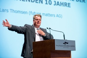 Der Zukunftsforscher Lars Thomsen zeichnete in seinem Vortrag technologische Entwicklungen und ihre Auswirkungen auf die künftige Arbeitswelt auf.