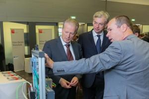 Dr. Peter Hehenberger von der JKU Linz präsentiert Vizekanzler Dr. Mitterlehner und Wirtschafts-Landesrat Dr. Strugl einen Mechatronik-Design-Demonstrator.