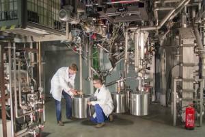 Stefan Müller und Johannes Schmid unter der Biomasse Anlage | Foto: TU Wien