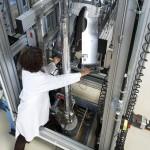 Dr. Martina Bieberle öffnet die innere Strahlenschutzabschirmung des schnellen Röntgentomographen ROFEX-I des Instituts für Fluiddynamik im HZDR. | Foto: Rainer Weisflog
