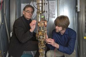 Prof. Dr. Erwin Schuberth (TUM) und Dr. Marc Tippmann (TUM) am Hochleistungskryostaten im Walther-Meißner-Institut | Foto: Andreas Battenberg / TUM