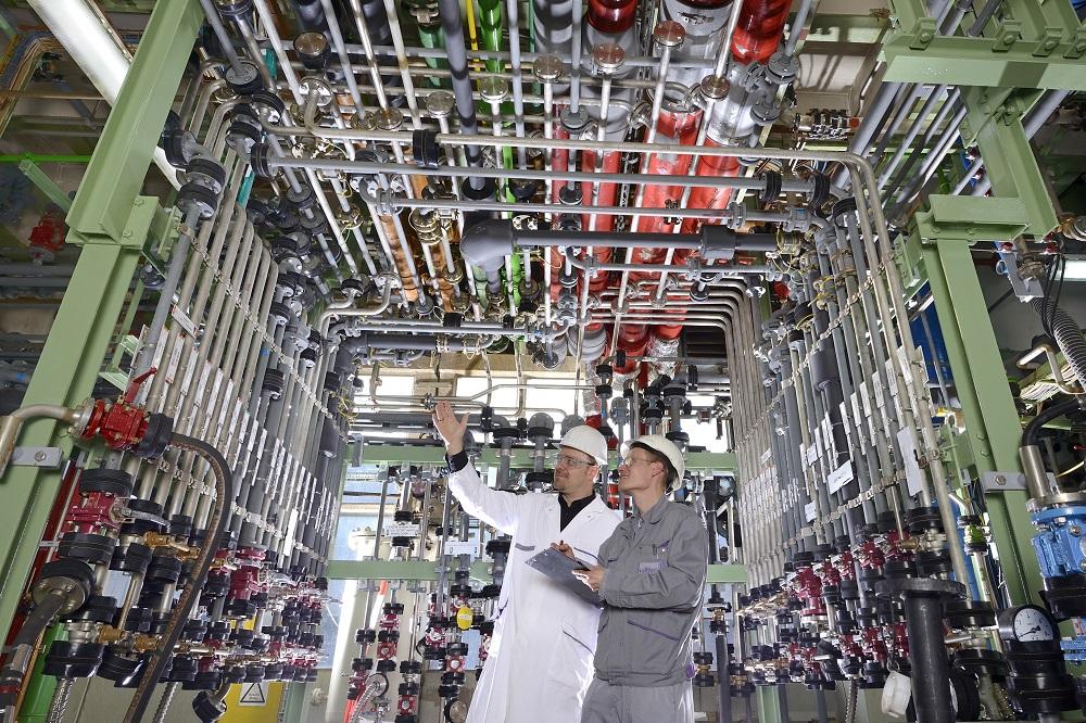 Einer der so genannten Rohrbahnhöfe im ZeTO (Zentrales Technikum Organisch) versorgt den Leverkusener Produktionsbetrieb der Saltigo GmbH mit flüssigen Einsatzstoffen und ermöglicht eine schnelle und flexible Verbindung aller Apparate untereinander. | Foto: Saltigo GmbH
