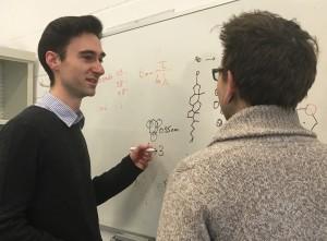 Dr. Tristan Bereau mit einem Wissenschaftler aus seinem Team | Foto: MPI-P