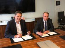 Don Enns, Präsident und CEO Transferra Nanosciences Inc. und Dr. Jean-Luc Herbeaux, Leiter des Geschäftsgebiets Health Care von Evonik bei der Vertragsunterzeichnung in Vancouver, Kanada. | Foto: Evonik