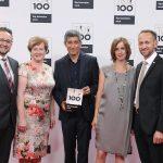 Die Firma Huber Kältemaschinenbau aus Offenburg wurde erneut als Top 100-Innovator ausgezeichnet. Ranga Yogeshwar, Mentor des Top 100-Wettbewerbs (Mitte), überreichte am 24. Juni die Trophäe an die Geschäftsführer Daniel Huber (links) und Joachim Huber (rechts). Foto: Huber Kältemaschinen