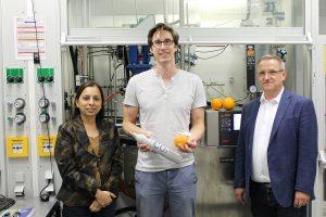 Das Autorenteam in einem Labor der Bayreuther Polymerforschung: Prof. Dr. Seema Agarwal, Oliver Hauenstein M.Sc. und Prof. Dr. Andreas Greiner (v.l.). Dahinter ein Reaktor zur Polymersynthese. | Foto: Christian Wißler