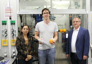Das Autorenteam in einem Labor der Bayreuther Polymerforschung: Prof. Dr. Seema Agarwal, Oliver Hauenstein M.Sc. und Prof. Dr. Andreas Greiner (v.l.). Dahinter ein Reaktor zur Polymersynthese.   Foto: Christian Wißler
