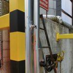 """Im Bild ist der aus der wärmeisolierten Rohrleitung herausragende Anschluss sowie das orangene Anschlusskabel des USG 20 gut zu erkennen. Das Gerät ist bei allen Applikationen von Vorteil, bei denen Vibrationsgrenzschalter aufgrund ihrer Störkontur """"Schwinggabel"""" von Nachteil sind.   Foto: AFRISO"""