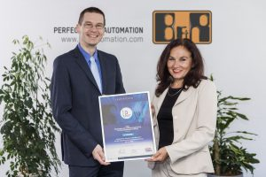 1. Platz des Industrial Usability Awards für Automation Studio. Die Auszeichnung halten Dr. Elke Deubzer (PMO) und Gernot Bachler (B&R) in den Händen. | Foto: B&R Automation