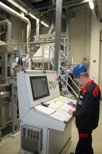 Überwachung der Beschichtung (Coating). Die aktive Trennschicht der Membran bildet ein hauchdünner Polyamidfilm, der das Salz vom Wasser separiert. | Foto: LANXESS AG