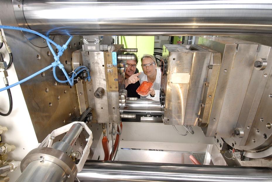 Das dieswöchige Foto stammt aus dem LANXESS Kunststoff-Anwendungstechnikum in Dormagen. Dort erproben Chemiker, Ingenieure und Techniker neue Anwendungsmöglichkeiten für den Hightech-Werkstoff, etwa für den Automobilbau oder Elektroindustrie. | Foto: LANXESS