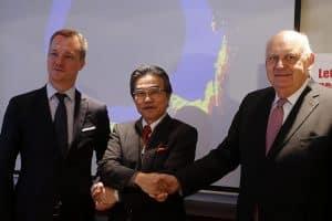 Hiroshi Ishino, Präsident der Kansai Paint, eingerahmt von den beiden Helios CEOs David Kubala and Hubert Culik, | Foto: Srdjan Zivulovic/Bobo