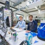 Die Doktoranden Harald Knorke (links) und Matias Fagiani am Steuerungspult des sogenannten Photodissoziationsspektrometers   Foto: Swen Reichhold/Universität Leipzig
