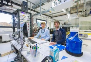 Die Doktoranden Harald Knorke (links) und Matias Fagiani am Steuerungspult des sogenannten Photodissoziationsspektrometers | Foto: Swen Reichhold/Universität Leipzig
