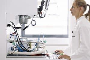 Dr. Nadine Menzel am Elektrolyse-Teststand des Fraunhofer IMWS | Foto: Fraunhofer IMWS/Sven Döring