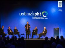 Moderator Andreas Fritsch (MDR) im Gespräch mit Prof. Michael Bauer, Dr. Bernd Ebersold, Prof. Jürgen Popp, Prof. Matthias Kleiner und Klaus Berka (v.l.n.r.). | Foto: IPHT, Sven Döring