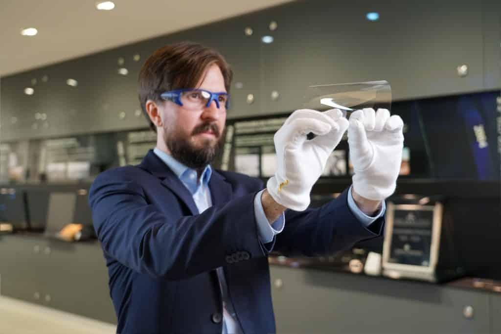 Flexible, ultradünne Covergläser revolutionieren den Smart-Phone-Markt - und eröffnen Entwicklern ganz neue Möglichkeiten.   Foto: obs/SCHOTT AG