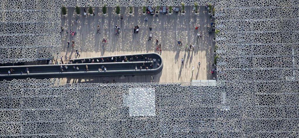 Vogelperspektive auf die Dachterrasse und die gitterartige Betonstruktur des MuCEM | Foto: www.culture.gouv.fr