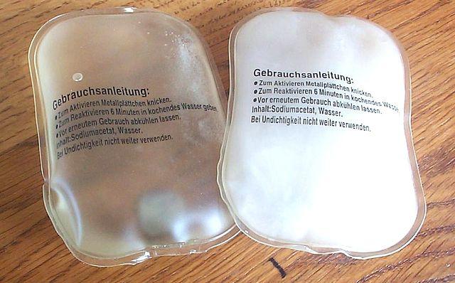Phasenwechselmaterial in kleinen Händewärmkissen   Foto: Suricata - Eigenes Werk, CC BY-SA 3.0, https://commons.wikimedia.org/w/index.php?curid=12209859