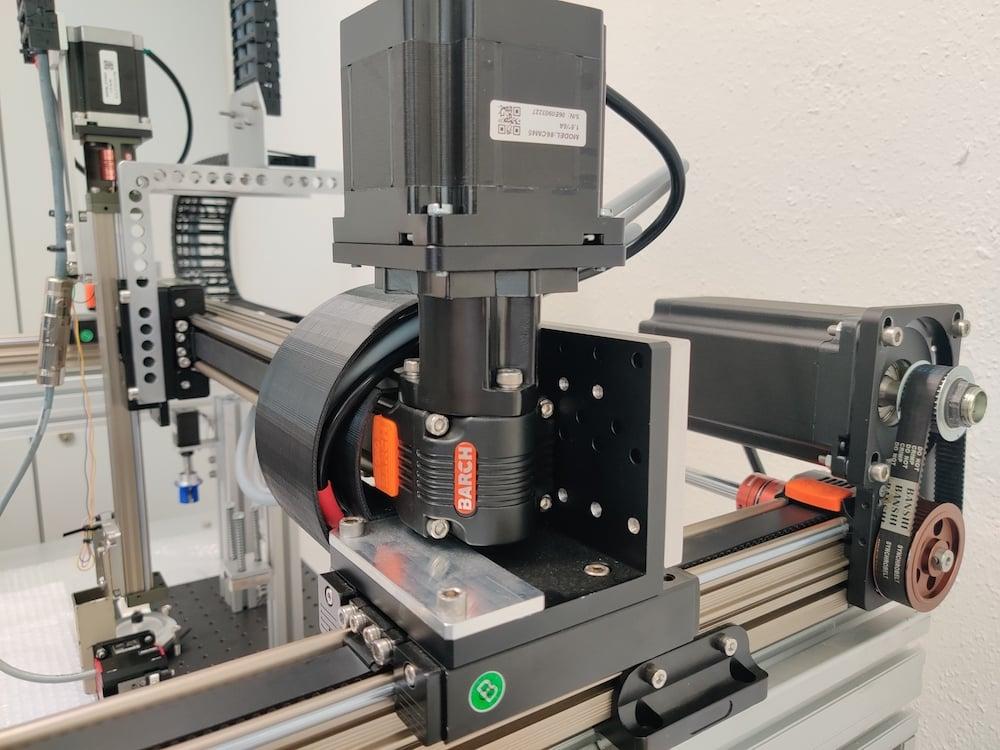 Automatische Prozessführung: In der automatisierten Anlage sollen neue Materialien für die Wirkstoffforschung und die Materialwissenschaften durch eine Kombination aus etabliertem Equipment und Open-Hardware-Komponenten hergestellt werden. | Foto: Patrick Hodapp, KIT