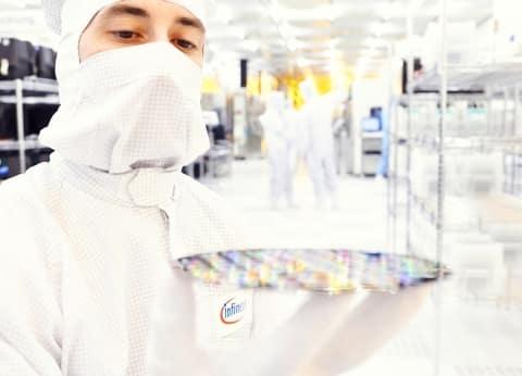 Halbleiterindustrie: Mann mit Wafer   Foto: Infenion