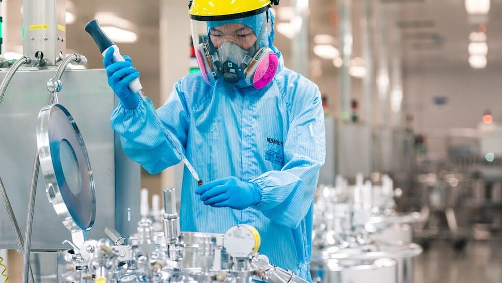 Employee taking sample in a production facility for liquid crystals in Shanghai, China | Foto: Merck