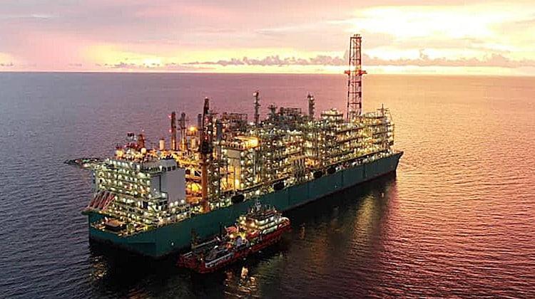 Die neueste schwimmende Anlage zur Gewinnung von Erdgas (Floating Liquefied Natural Gas - FLNG) des malaysischen Öl- und Gasunternehmens PETRONAS (PFLNG DUA).    Foto: BASF