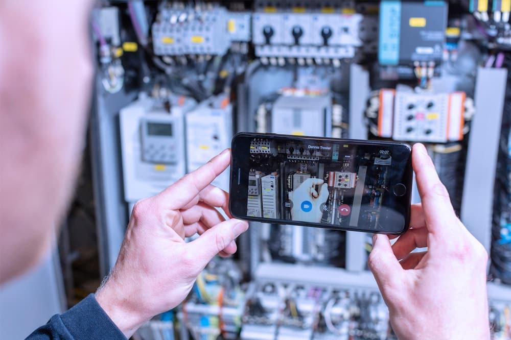 Über Finger-Pointing kann der Minebea Intec Servicetechniker direkt konkrete Hilfestellungen geben   Foto: Minebea Intec