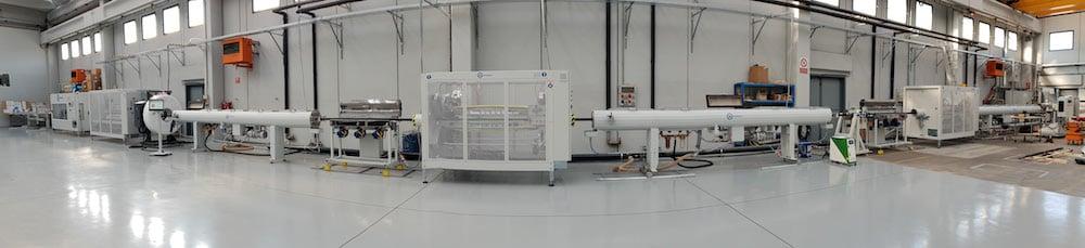 Im Bild ist ein integriertes System des Maschinenherstellers Tecnomatic für die kontinuierliche BiAx-Rohrestrusion dargestellt, zusammen mit dafür eigens entwickelten PE und PP Formmassen von SABIC.   Foto: SABIC