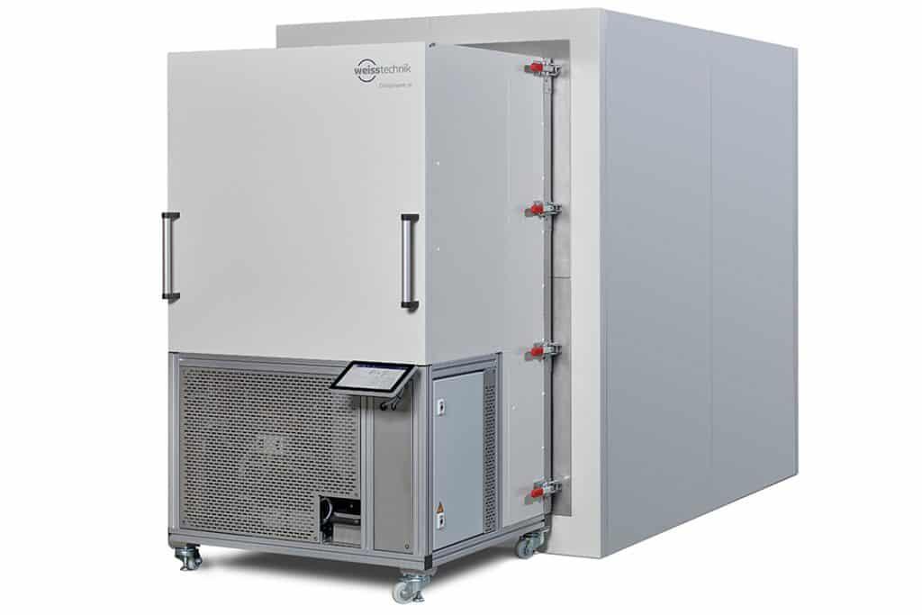 Die zwei Komponenten der ClimeEvent M-Anlage von Weiss Technik: mobiles Klimaaggregat (links) und die in Größen von 6 bis 50 m³ lieferbare Prüfzelle (rechts dahinter).   Foto: Weiss Technik